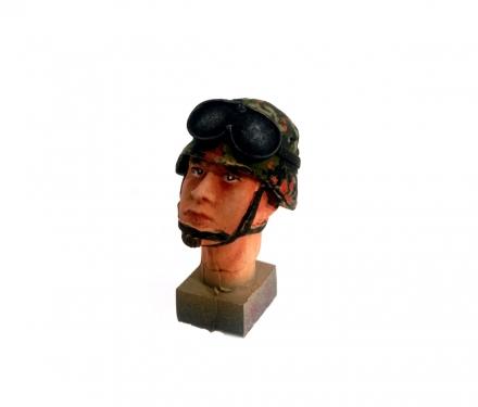 Kopf 3 Stahlhelm und Schutzbrille